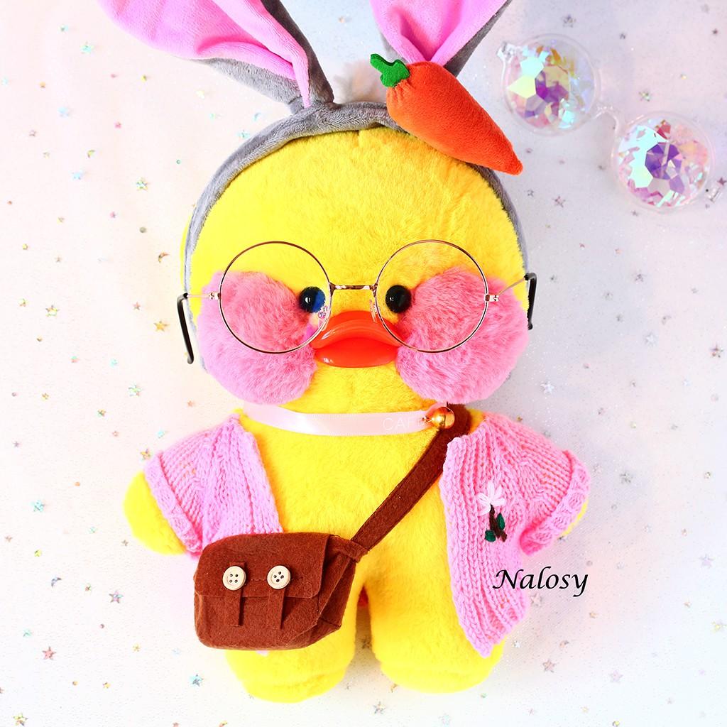 Gấu bông bé vịt má hồng màu vàng đeo túi với 4 kiểu áo cute