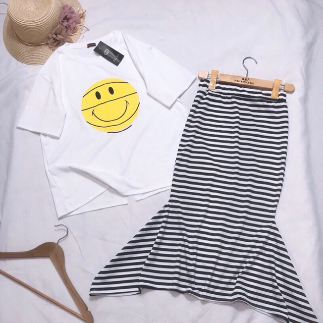 Set áo thun mặt cười chân váy sọc đuôi cá