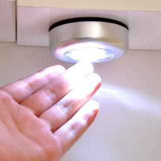 Đèn không dây gắn tủ cảm ứng chạm sử dụng pin