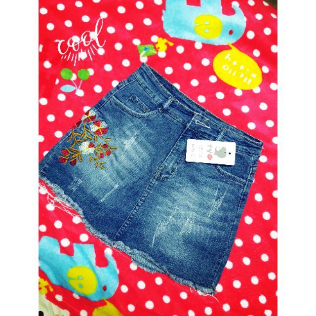 Chân váy Jean thêu hoa kèm quần