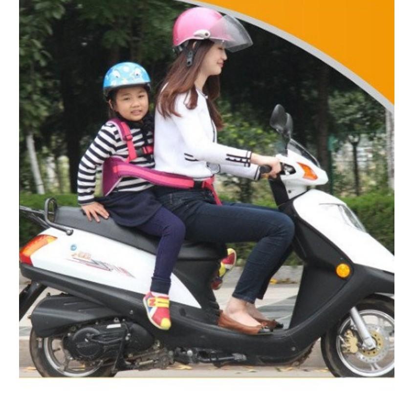 Đai đi xe máy cho bé