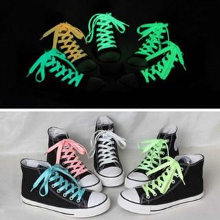 Một cặp dây giày phản quang phát sáng trong tối