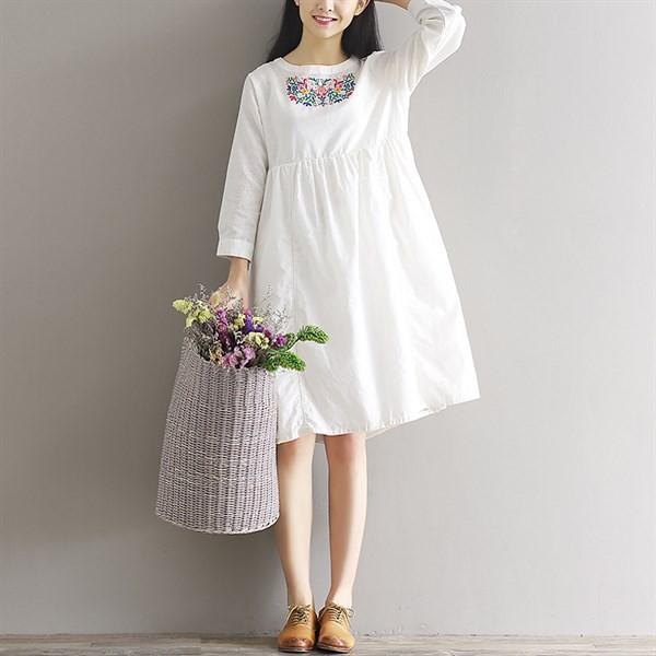 Đầm linen trắng thêu hoa trước ngực