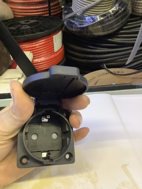 Ổ cắm gắn âm có nắp 2P - 16A - 250V -