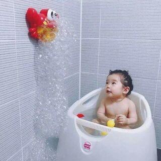 Con cua thổi bong bóng trong phòng tắm cho bé