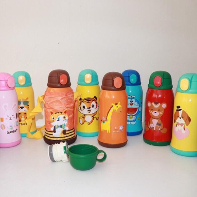 Bình nước họa tiết hoạt hình cho bé mang đi học, đi chơi, dã ngoại. Có ống hút hoặc đầu rót sơ cua. Hình chụp