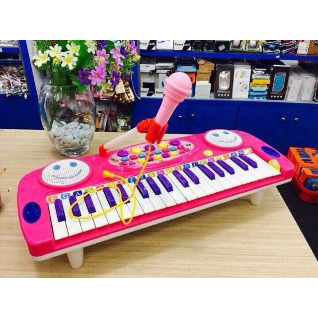 Đàn organ đồ chơi cho bé kèm theo mic hát Kiểu dáng như một chiếc đàn thật với 37 phím đàn và các chế độ có sẵn trong má