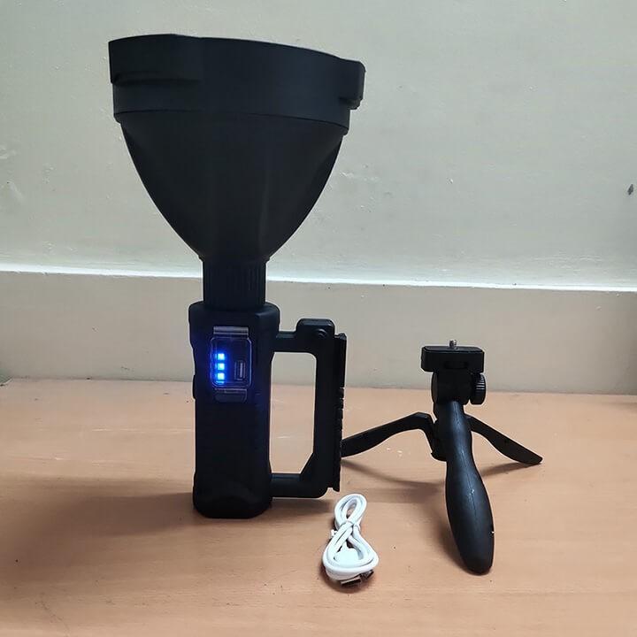 Đèn pin cầm tay siêu sáng chiếu xa 1000m chống thấm nước có chân đế dung lượng 8000mAh
