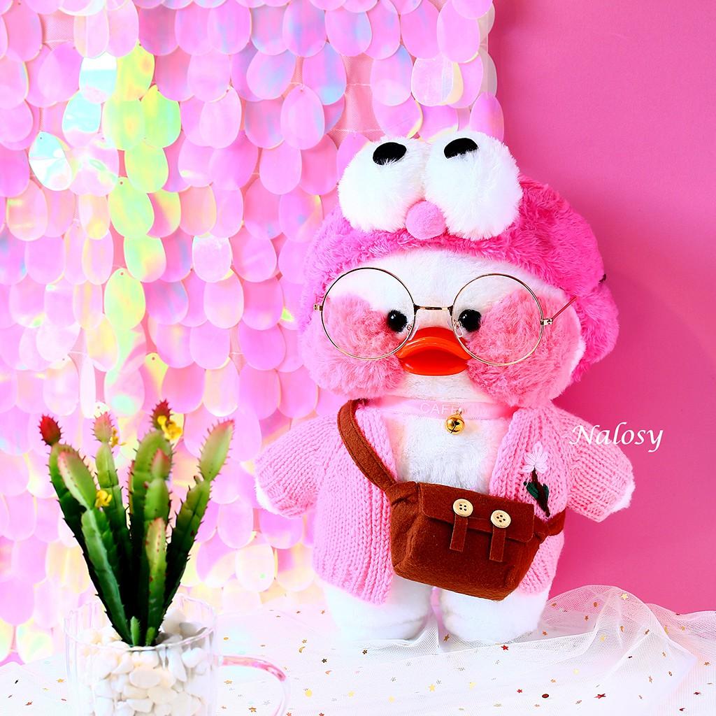 Gấu bông bé vịt má hồng màu trắng đeo túi với 4 kiểu áo cute