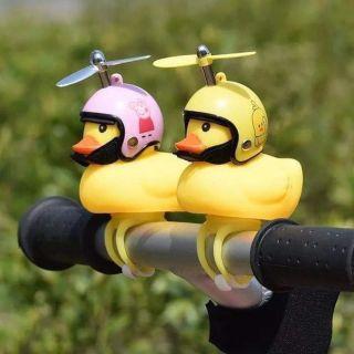 Vịt gắn xeChân gắn vào xe tiện lợi, nhanh chóng, dây có thể co dãn để tiện gắn lên xe đạp, xe máy, xe đạp điện , xe ô tô