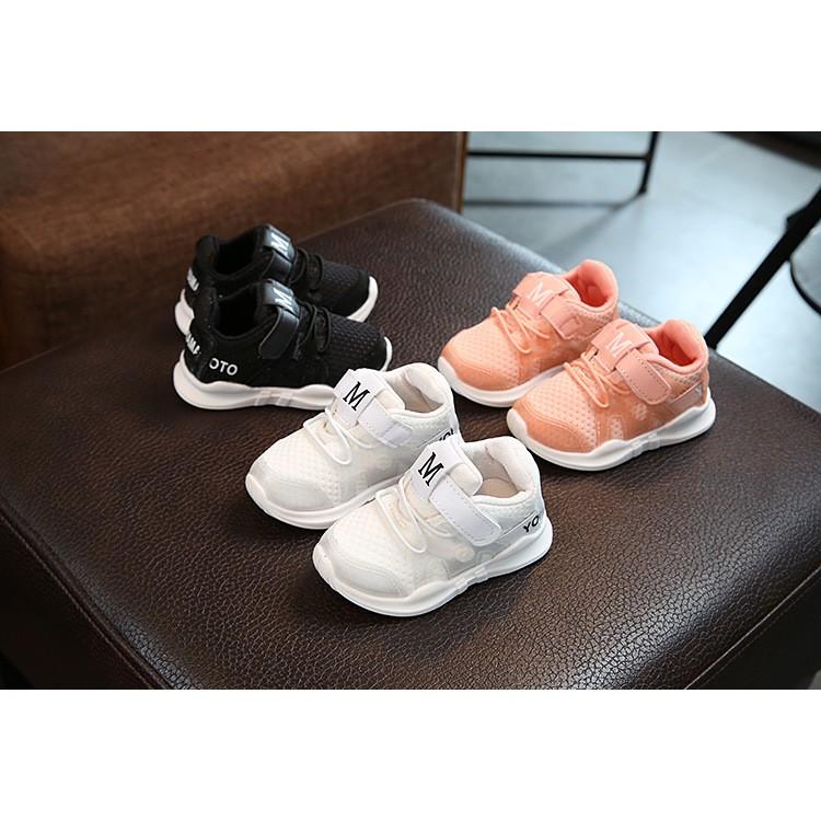 Giày thể thao chữ M chũ cho bé trai và bé gái từ 1-5 tuổi (Size 21-30) mã 881 (882)