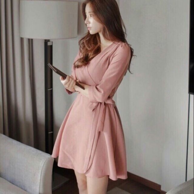 Đầm hồng đắp chéo.