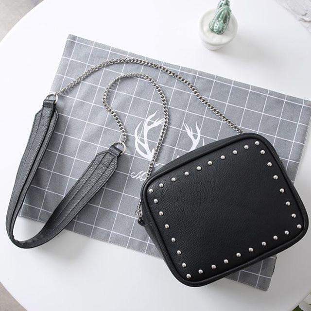 Túi đeo chéo vuông viền đinh mini H&M?