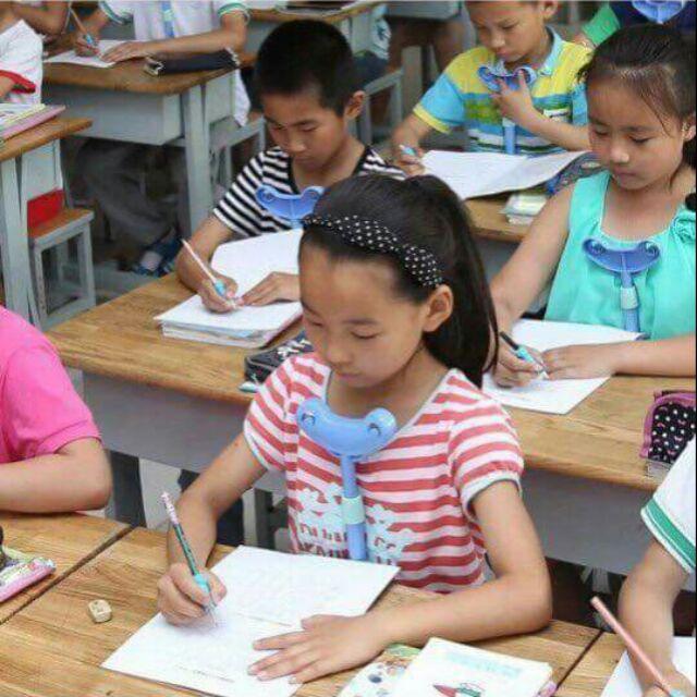 Dụng cụ ngồi học chống cận cho bé
