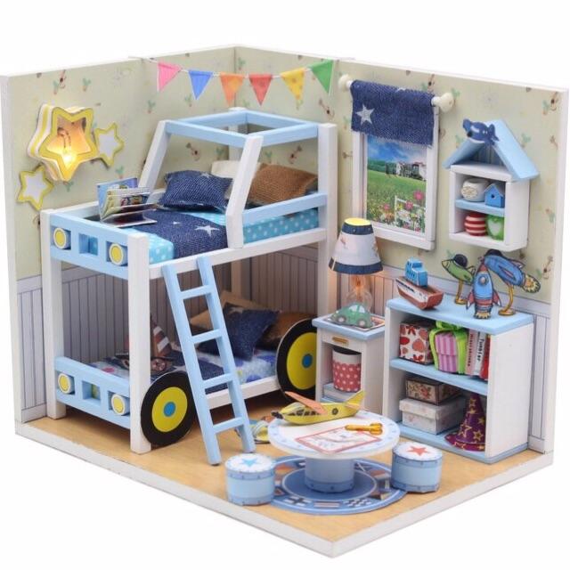 Bộ mô hình căn phòng búp bê bằng gỗ - Phòng bé trai (tặng kèm mica, keo)