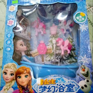 Elsa tắm vòi sen