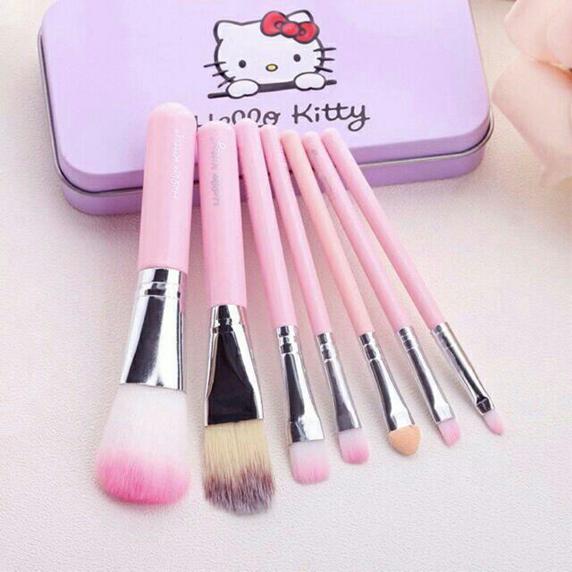 Cọ Trang điểm 7 món hello kitty hộp thiếc ( loại có 2 màu đen và hồng )