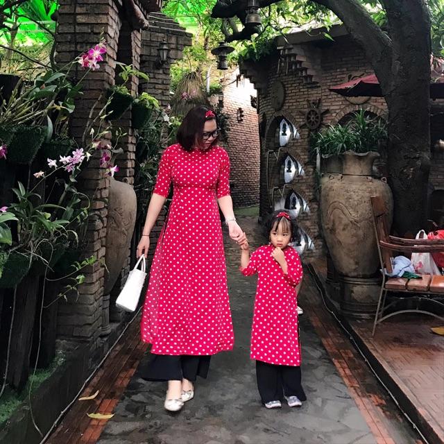Áo dài mẹ và bé chấm bi đỏ