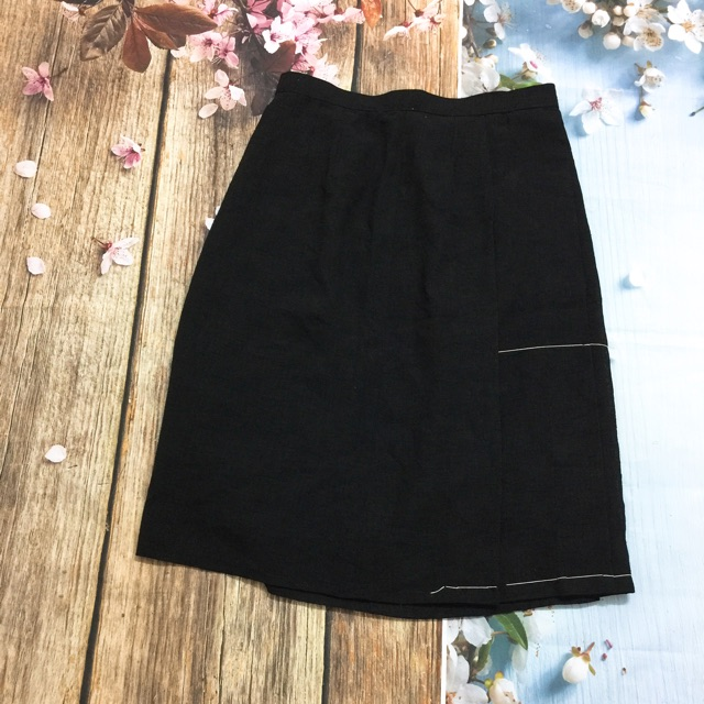 Chân váy đen ngoài màu đẹp lắm. Dễ kết hợp