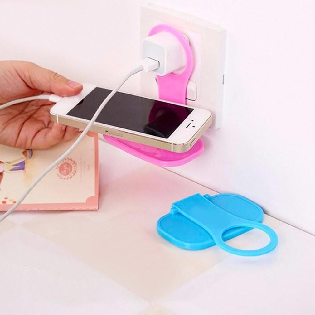 Giá đỡ điện thoại có thể gập lại giúp giữ điện thoại an toàn khi sạc trên tường