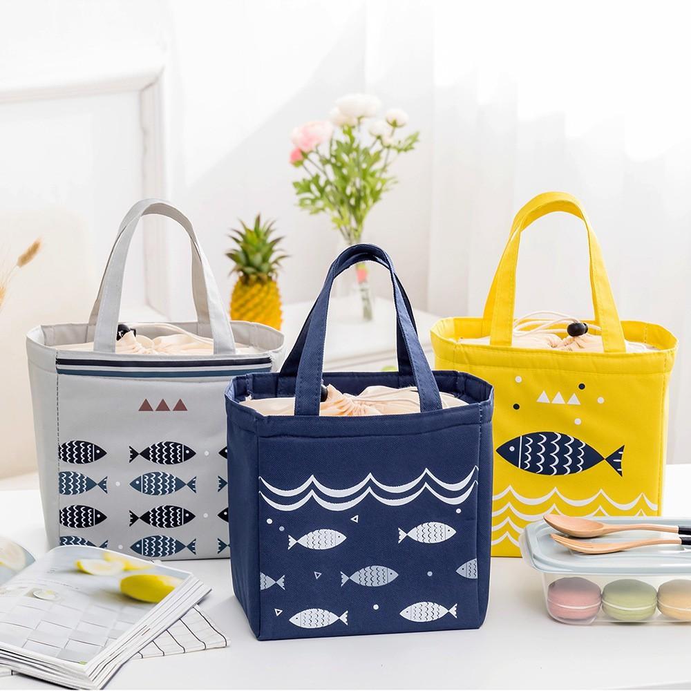 Túi đựng cơm giữ nhiệt kích thước 20x19x22cm có dây kéo hoạ tiết cá