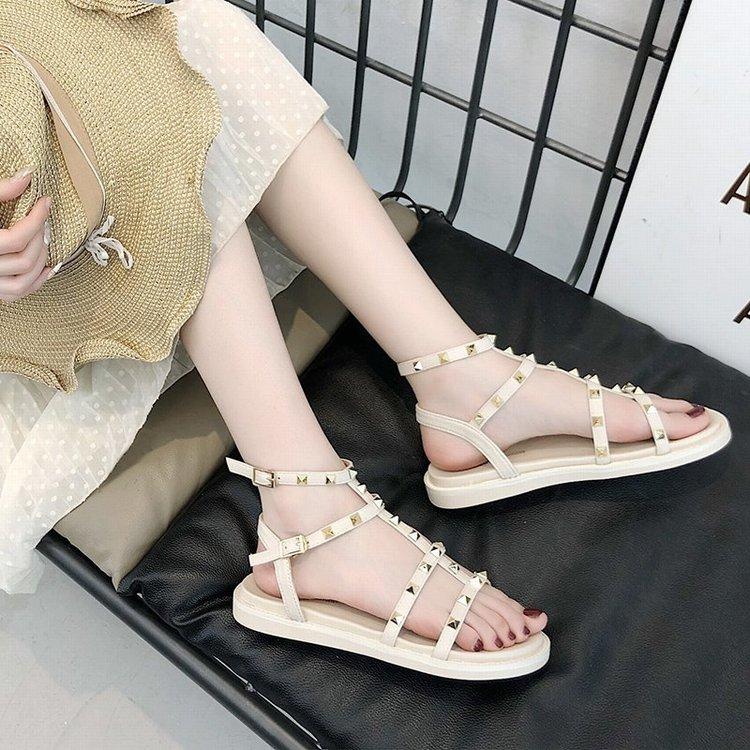 Sandal đế bằng họa tiết đinh tán nổi bật ấn tượng cho bạn nữ