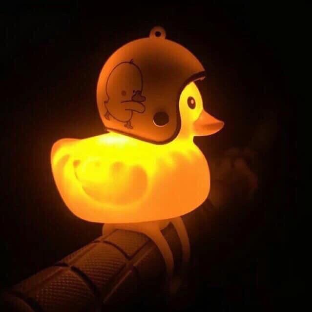 Vịt treo xe, gắn mũ bảo hiểm biết kêu và nháy đèn