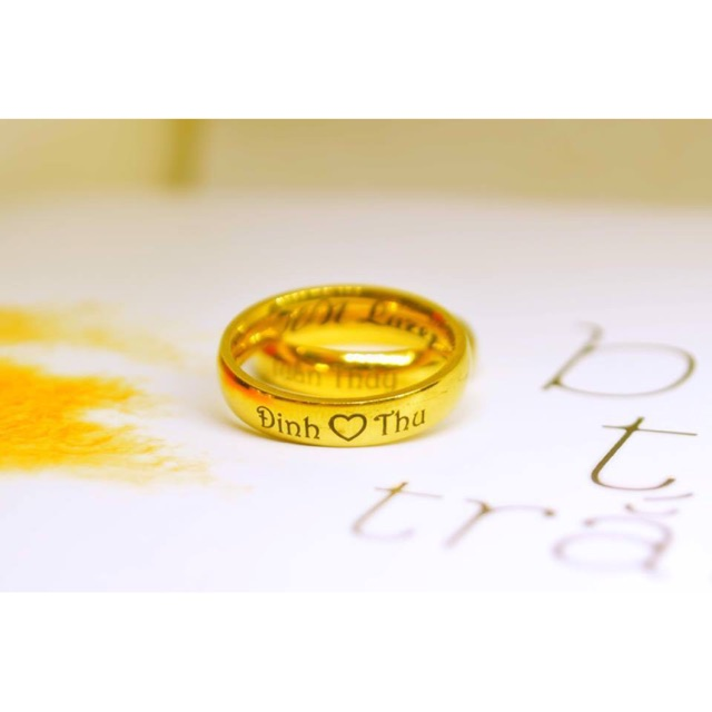 Nhẫn Titan vàng mặt cong khắc tên bằng laze theo yêu cầu