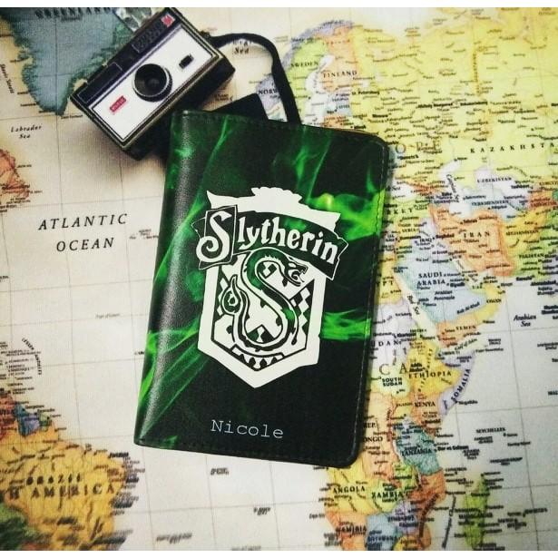 Bao da passport/hộ chiếu cao cấp in hình logo nhà Slytherin trong Harry Potter