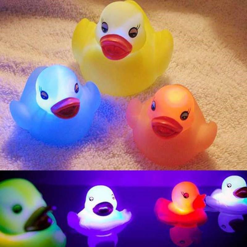 Con vịt cao su chống thấm nước có đèn LED cho giờ tắm đầy màu sắc dễ thương cho bé