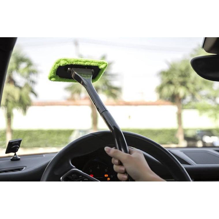 Tay vệ sinh kính lái ô tô