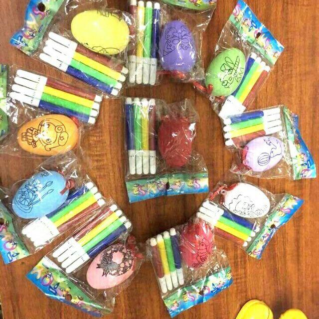 Trứng tô màu tặng kèm bút màu nước cho các bé