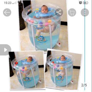 Pass lại bể bơi thành cao cho bé