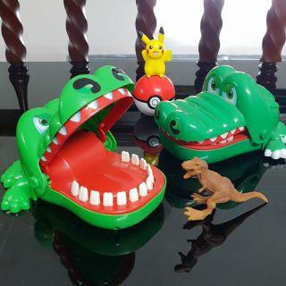 Đồ chơi giải trí cá sấu cắn tay (Có video)