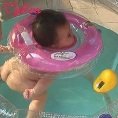 Phao đỡ cổ khi bơi cho bé mùa hè