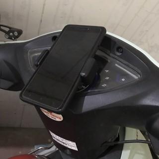 Kẹp điện thoại dán lên đồng hồ xe máy
