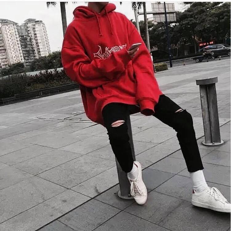 Áo hoodie đỏ in chữ