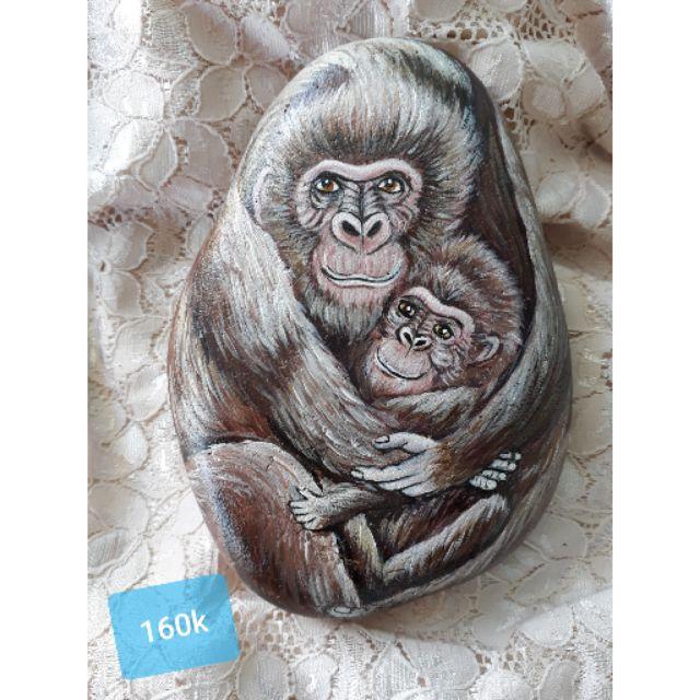 Mẹ con của khỉ bằng đá cuội vẽ tay