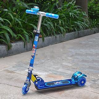 xe scooter màu xanh phát sáng có chuông cho bé