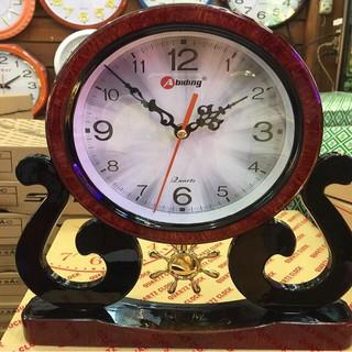 Đồng hồ để bàn Biding có quả lắc.