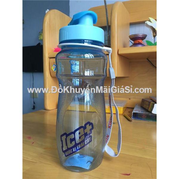 Bình nước Kirin màu xanh biển, nắp bật, có dây xách, nhựa Duy Tân, dung tích 700 ml.