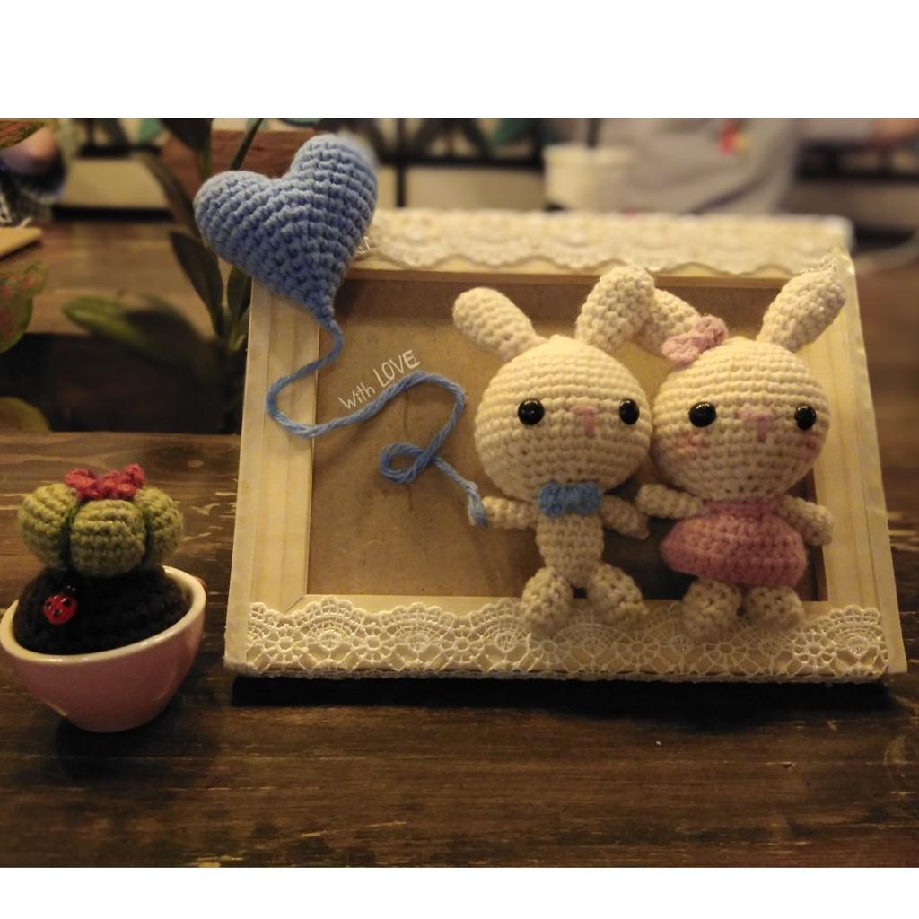 Thỏ couple móc len 100% handmade tặng kèm chậu xương rồng móc len handmade