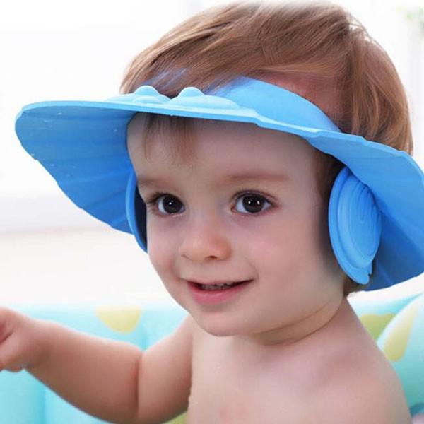 Mũ chắn nước có vành che tai an toàn cho bé khi đi tắm