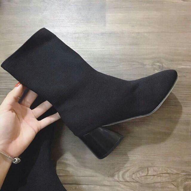 Bốt nữa cao gót thấp cổ chất liệu len ôm chân.