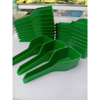 Thìa xúc thức ăn cho chim bằng nhựa tiện lợi giúp cho chim ăn nhanh chóng 2