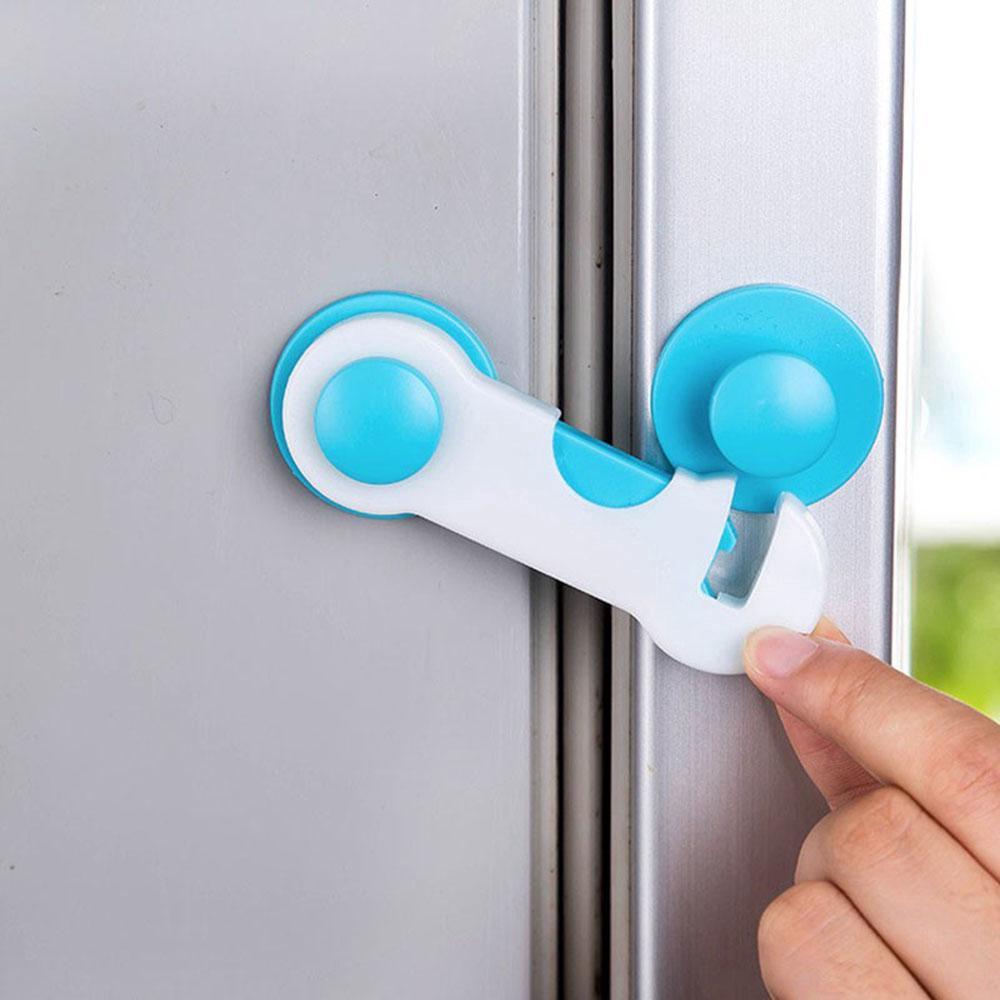 Khóa cài chặn cửa tủ an toàn tiện lợi cho trẻ em