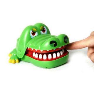 Đồ chơi khám răng cá sấu cắn tay