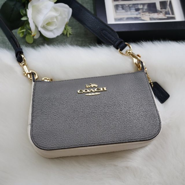 🎀 กระเป๋าสะพาย ครอสบอดี้สีเทาขาว สายสปอร์ตเส้นใหญ่สีดำ COACHJES CROSSBODY WITH SIGNATURE CANVAS STRAP COACH F76988