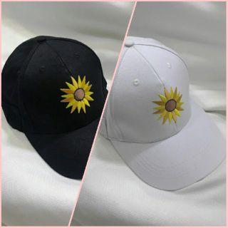 Nón DEGREY thêu hoa hướng dương 2 màu đen và trắng.