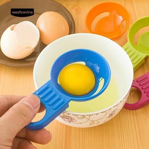 Muỗng nhựa dùng để tách lòng đỏ trứng gà tiện dụng